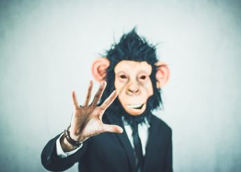 Hombre con una mascara de mono