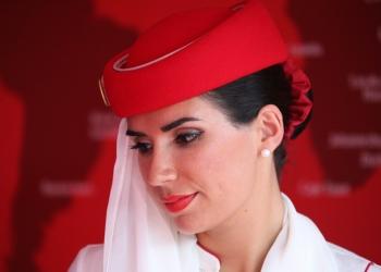 Azafata de primera clase de Emirates.