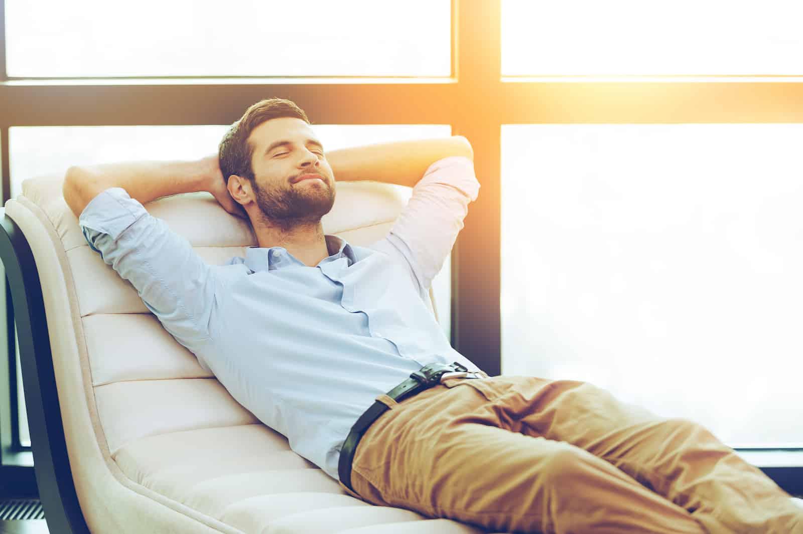 Hombre relajandose