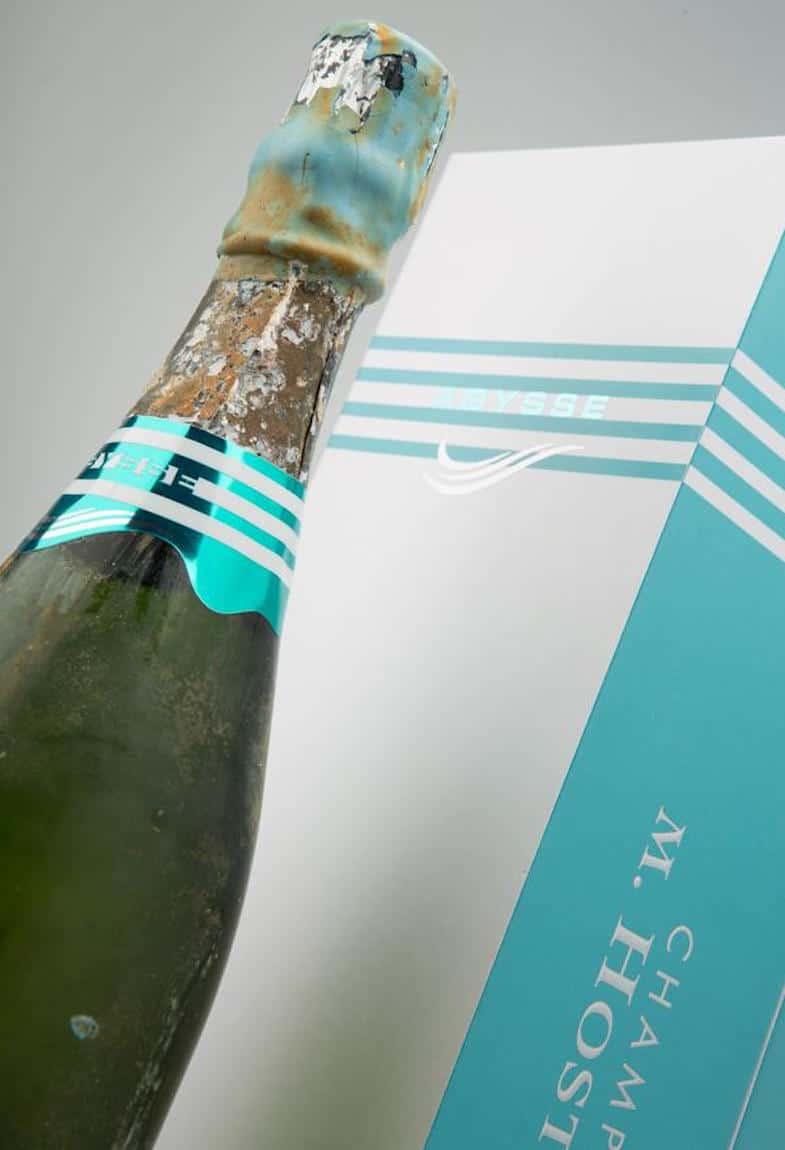 Esta botella de champán M. Hostomme de $1.900 es añejada sumergiéndola a 200 pies de profundidad