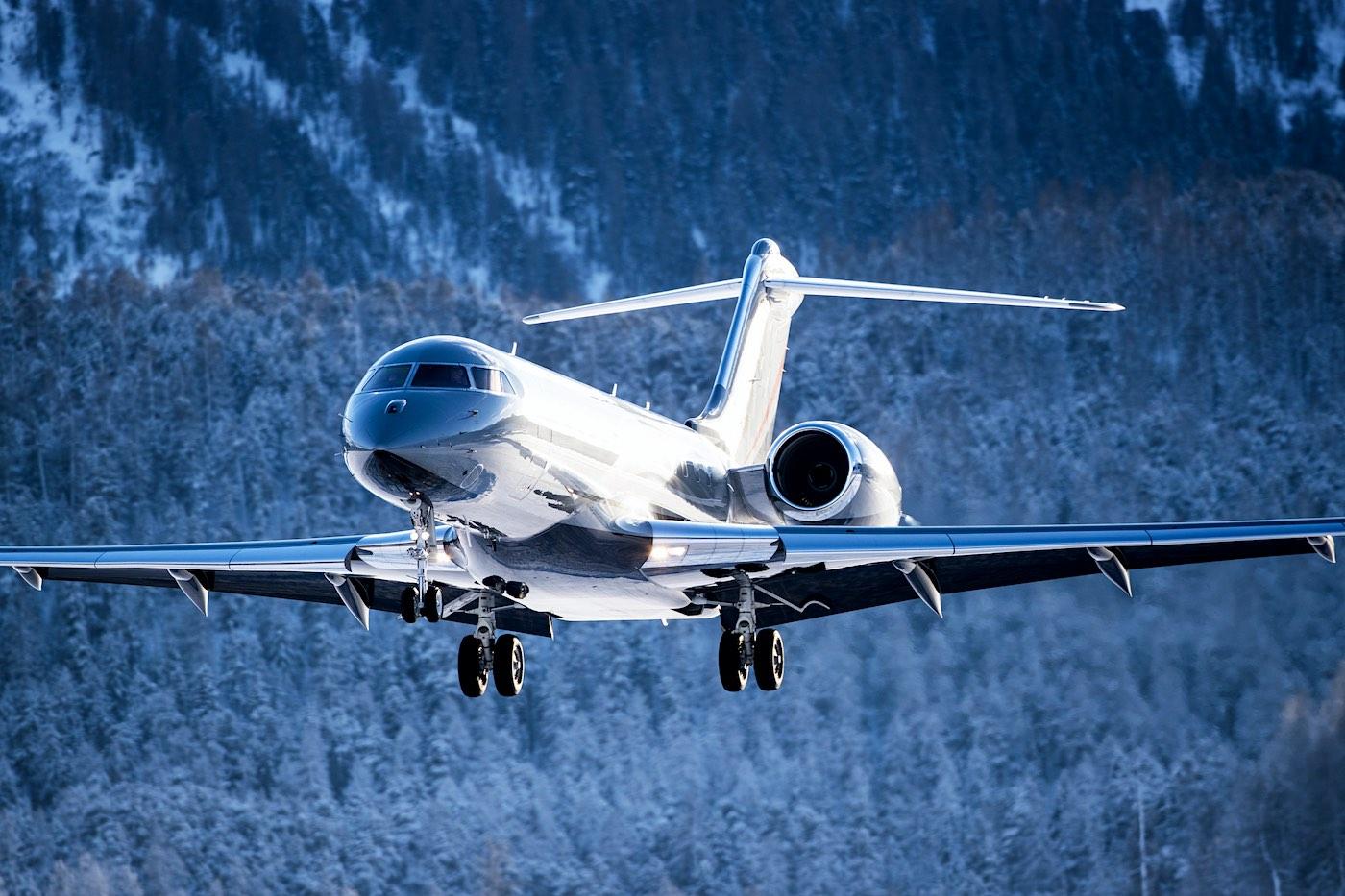 Jet privado aterrizando en un aeropuerto alpino.