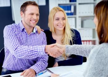 Pareja con Asesor financiero