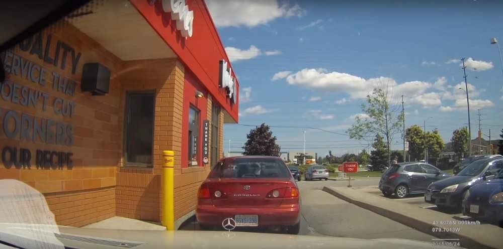 Vea lo que pasa cuando este dueño de un Mercedes S63 deja encendida la cámara de su coche mientras te lo 'reparan'