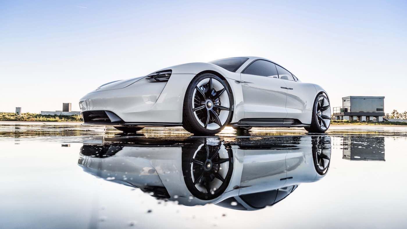 Adam Levine conduce el Porsche Mission E en Los Ángeles