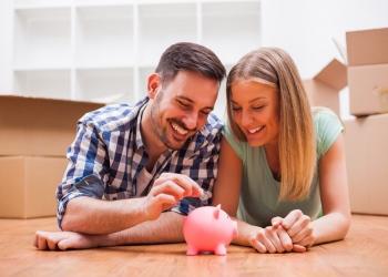 Pareja joven ahorrando dinero para su nuevo hogar.