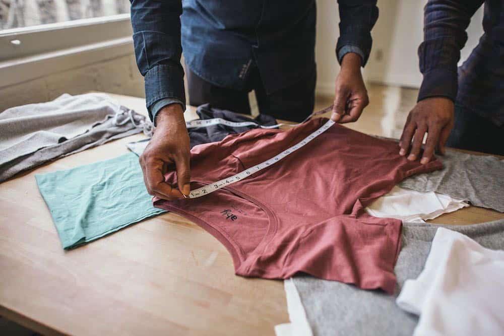 Hermanos emprendedores inventan una camisa resistente al agua, el vino y el sudor