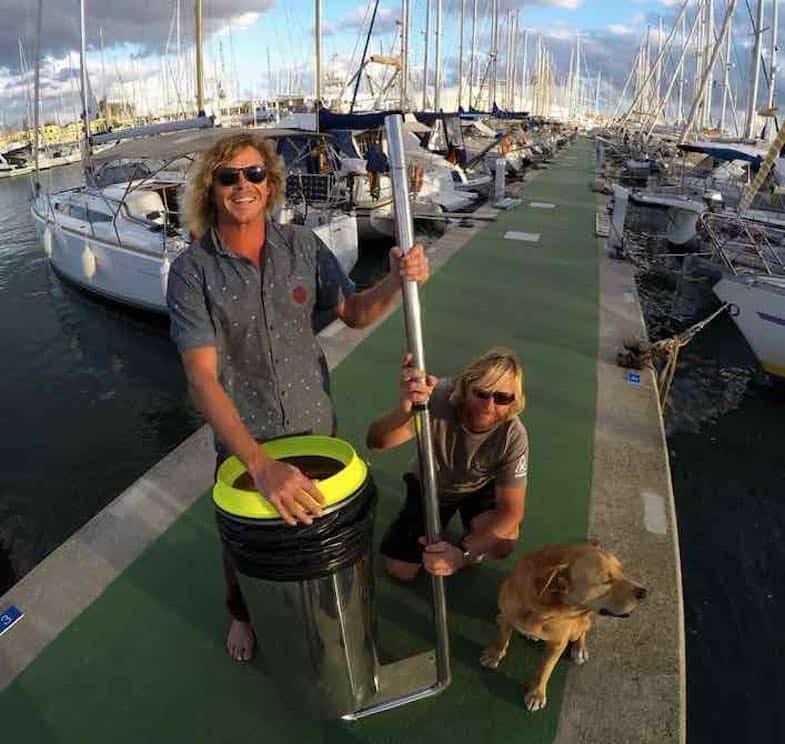 """Dos surfistas australianos quieren sacar la basura del mar con el """"Proyecto Seabin"""" y tú puedes apoyarlos"""