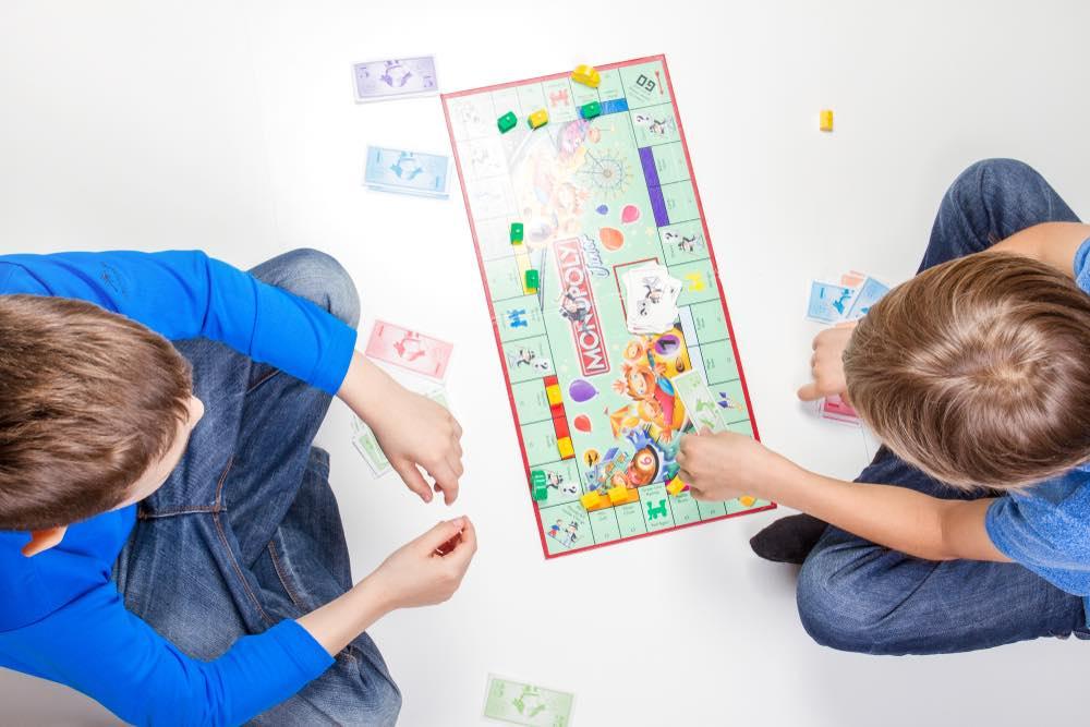 Niños jugando monopolio