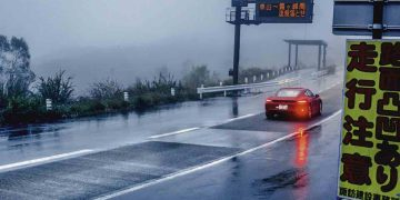 Disfrutando la música callejera en un Porsche 718 Cayman