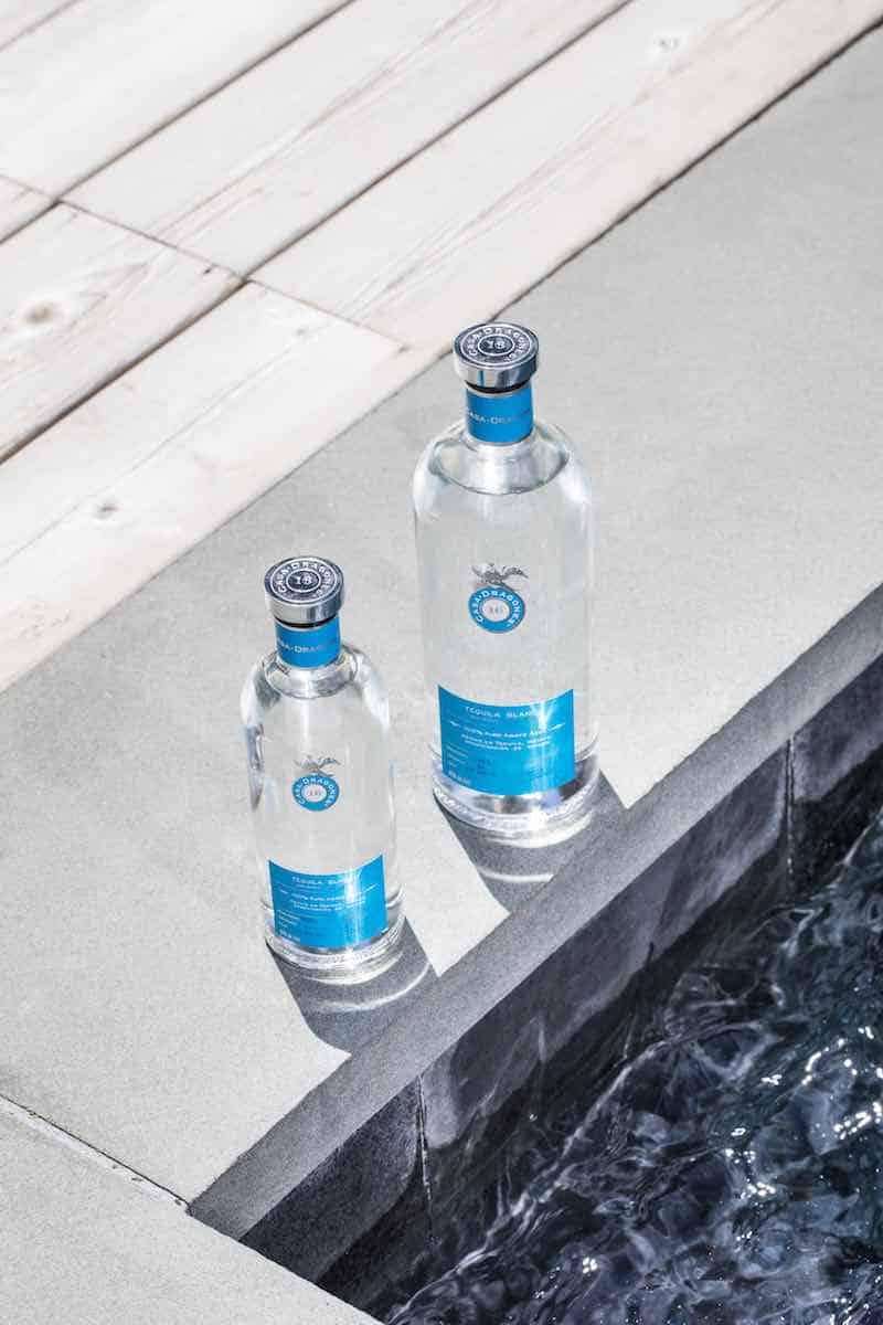 Tequila Casa Dragones presenta su pequeña nueva versión, ideal para acompañar tus días de verano