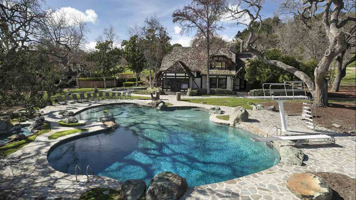 Haga un recorrido aéreo en drone por Neverland, el rancho de Michael Jackson, que acaba de tener una reducción de $33 millones en su precio