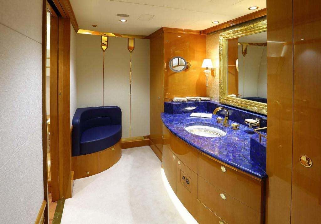 Este Boeing 747-8, avión privado de la familia real de Qatar, se extiende por dos pisos y tiene un dormitorio en suite más 10 baños