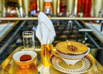 Hotel de lujo en Dubai está sirviendo capuchino hecho con oro de 24 quilates a sus huéspedes