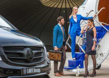 Millonario subiendo a un jet privado