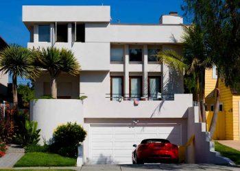 Casa de lujo con auto parqueado afuera