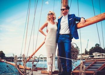 Elegante pareja millonaria en un yate de lujo.