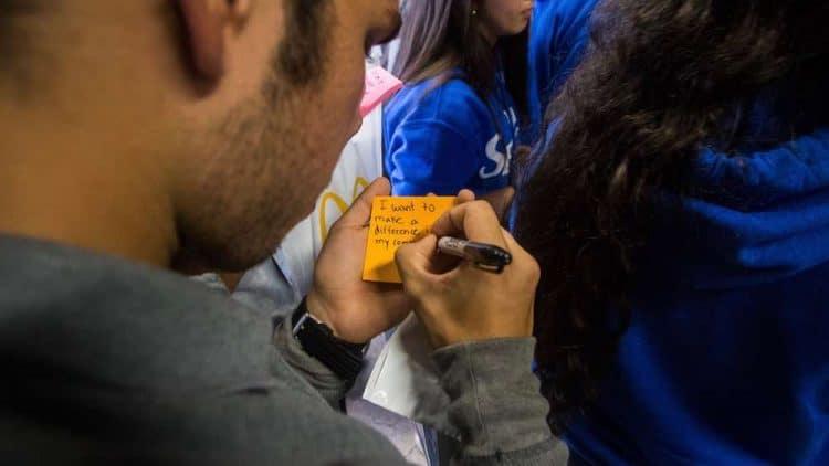 McDonald's allana el camino para que los hispanos puedan acceder a una educación superior con la expansión de su programa de becas nacionales