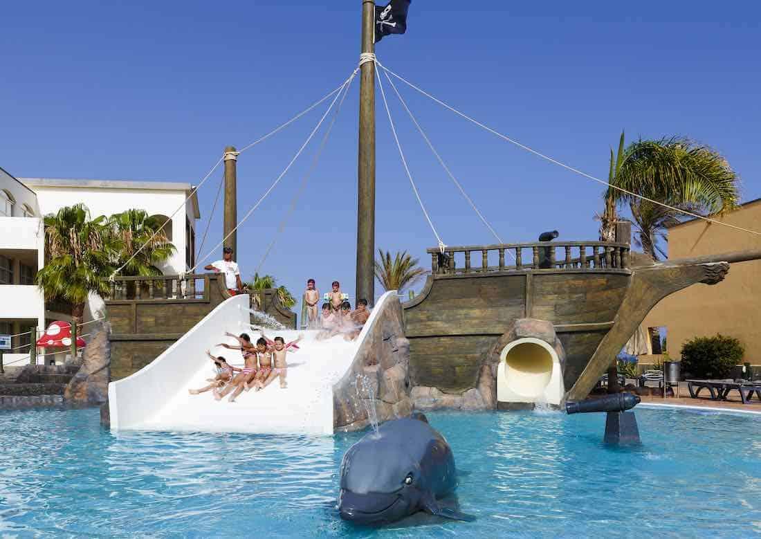 El H10 Rubicón Palace de Lanzarote te propone decir adiós al frío y disfrutar de una inolvidable escapada familiar en la isla