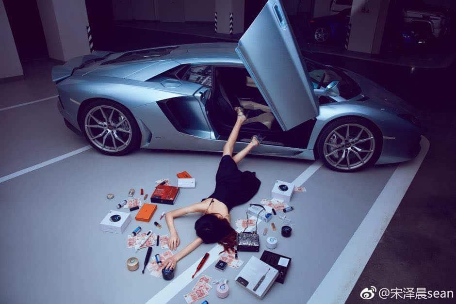 """Fingen caerse de sus lujosos autos y hacen alarde de todas sus riquezas, así es el nuevo reto """"Flaunt Your Wealth"""" que arrasa en Asia"""