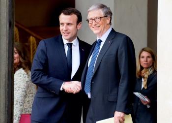 El presidente francés Emmanuel Macron dando la bienvenida a Bill Gates en el Palacio del Elíseo.