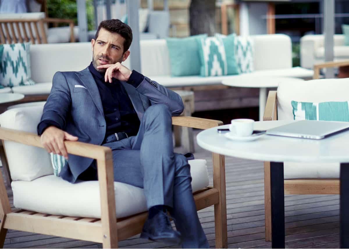 Multimillonario y exitoso hombre de negocios descansando en un café después de un duro día de trabajo.