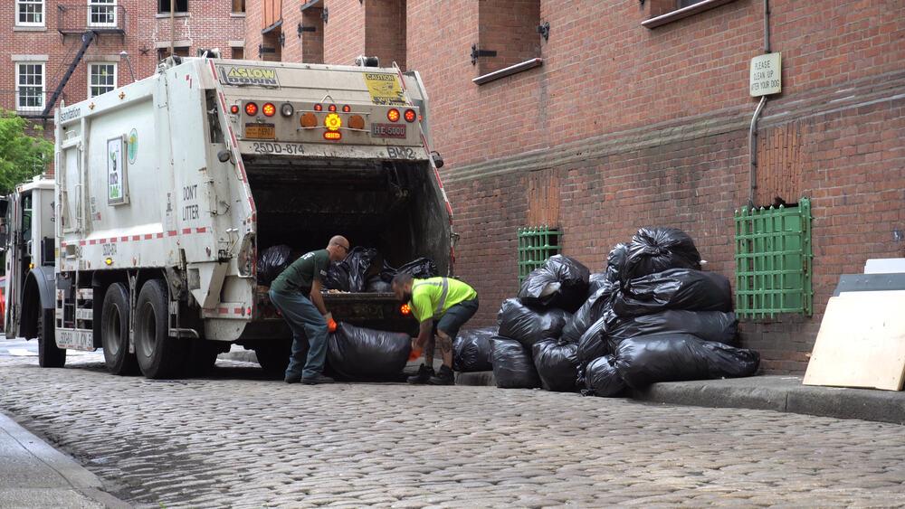 Trabajadores recogen basura en una calle de la ciudad de Nueva York