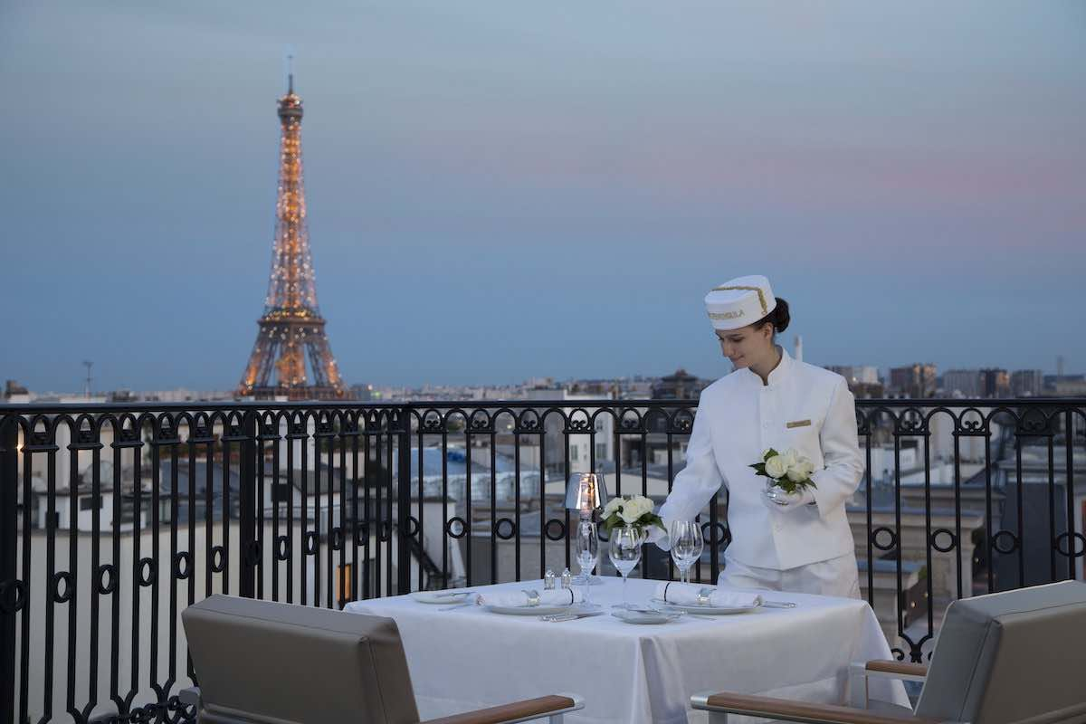 The Peninsula Paris revela su experiencia Secret Table y ofrece un momento mágico sobre los tejados de París