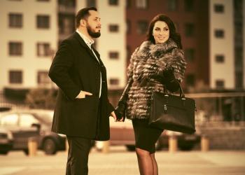 Elegante hombre y mujer