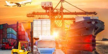 Logística y transporte de contenedores de carga y avión de carga.