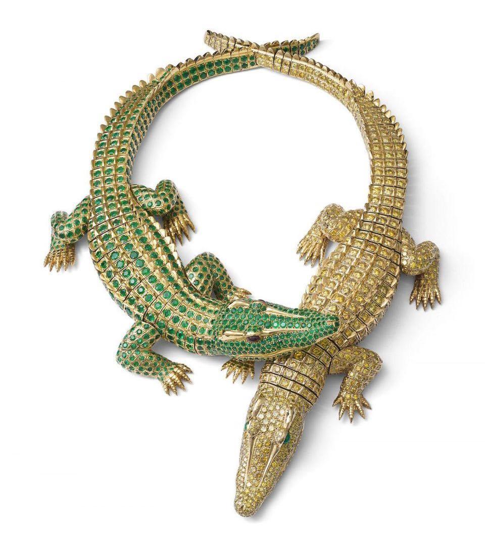 efd87924e877 Cartier lanza una hermosa colección de joyas inspirada en María Félix. Los  ojos del reptil fueron incrustados con rubíes en una de las piezas y  esmeraldas ...