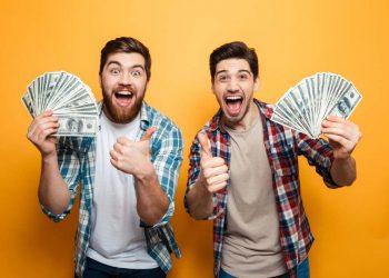 Dos jóvenes mostrando dinero