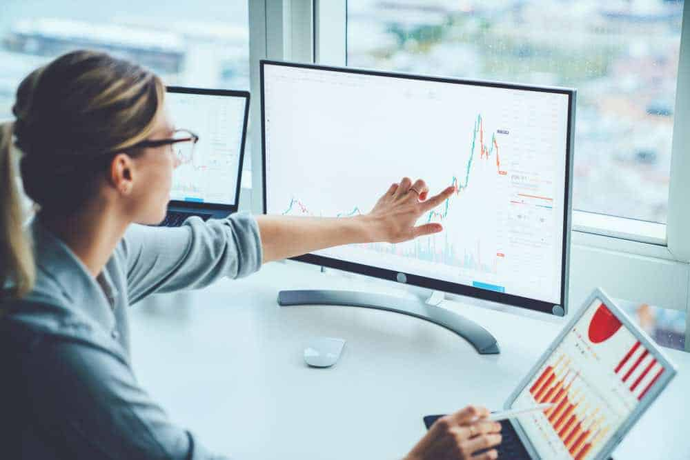 Mujer de negocios estudio mercado financiero