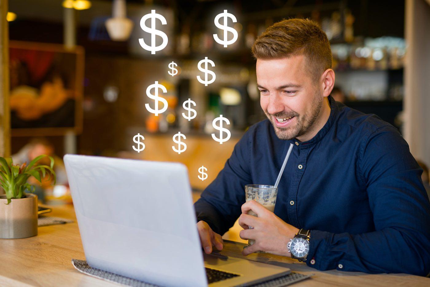 Freelancer trabajando en su oficina revisando su saldo y ganancias.