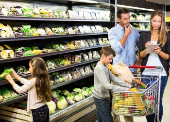 Familia de compras juntos en el supermercado.