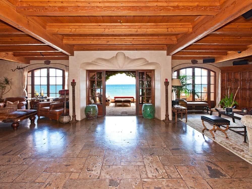Echa un vistazo a esta increíble casa frente a una playa en Malibú que la cantante Mariah Carey alquiló en Airbnb y que tu también puedes hacerlo por $10.000/La noche
