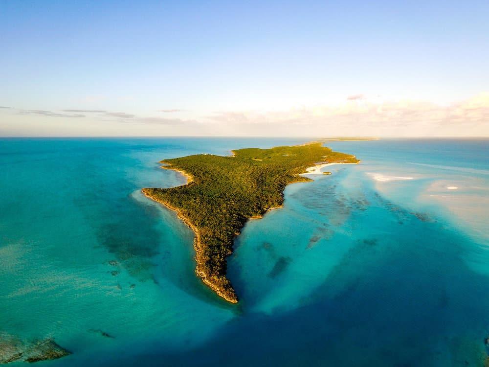 Esta paradisíaca isla privada de 700 acres y con su propia pista de aterrizaje en las Exumas, Bahamas se vende por $120 millones