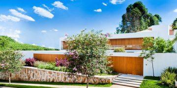 Marcelo Sodré diseñó esta hermosa residencia con espacios eficientes y abierta a la naturaleza en Sao Paulo, Brasil