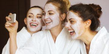 Mujeres con máscaras faciales