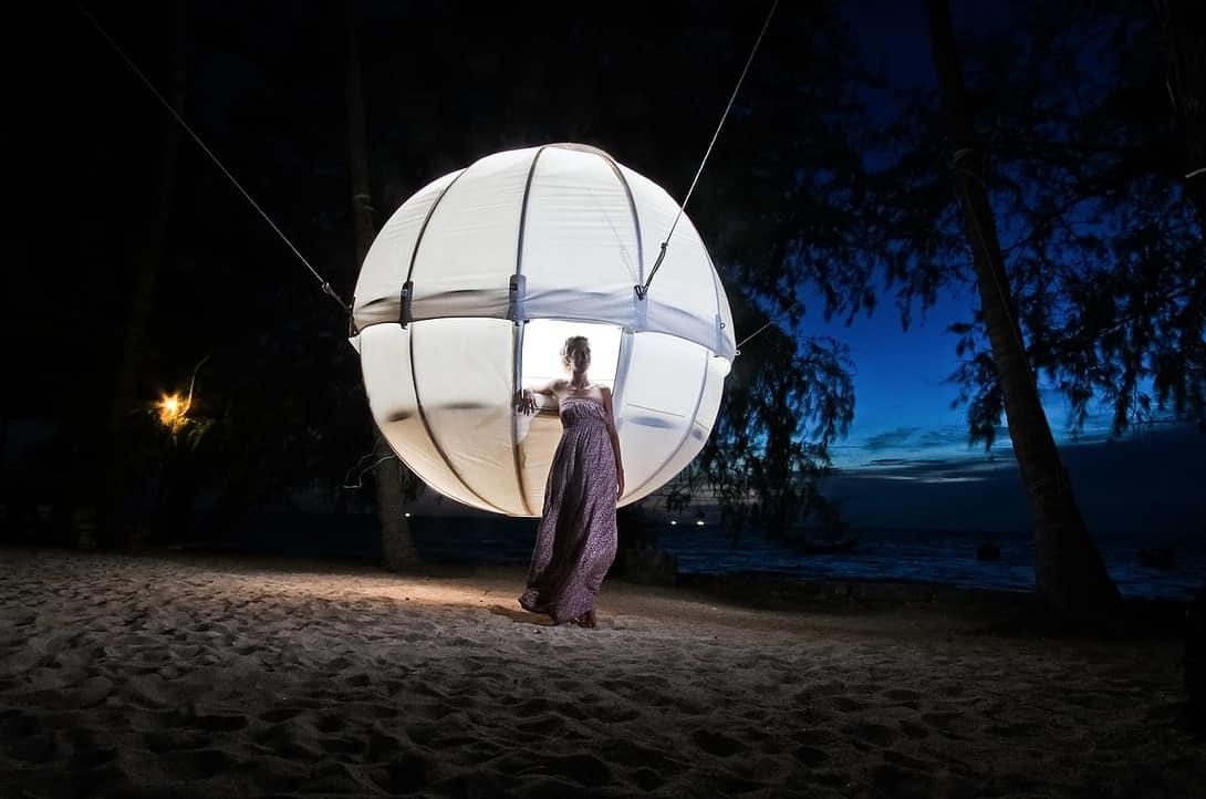 Cocoon Tree: Esta estructura esférica proporciona el lujo de acampar en puro glamour y máxima relajación bajo las estrellas