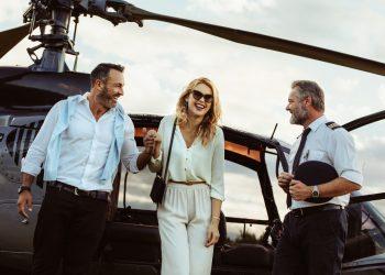 Pareja millonaria viajando en helicóptero