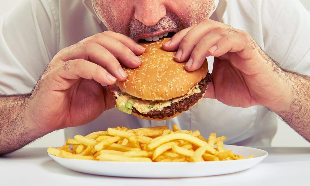 Comiendo hamburguesa