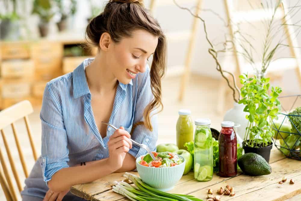 Mujer comiendo una ensalada saludable