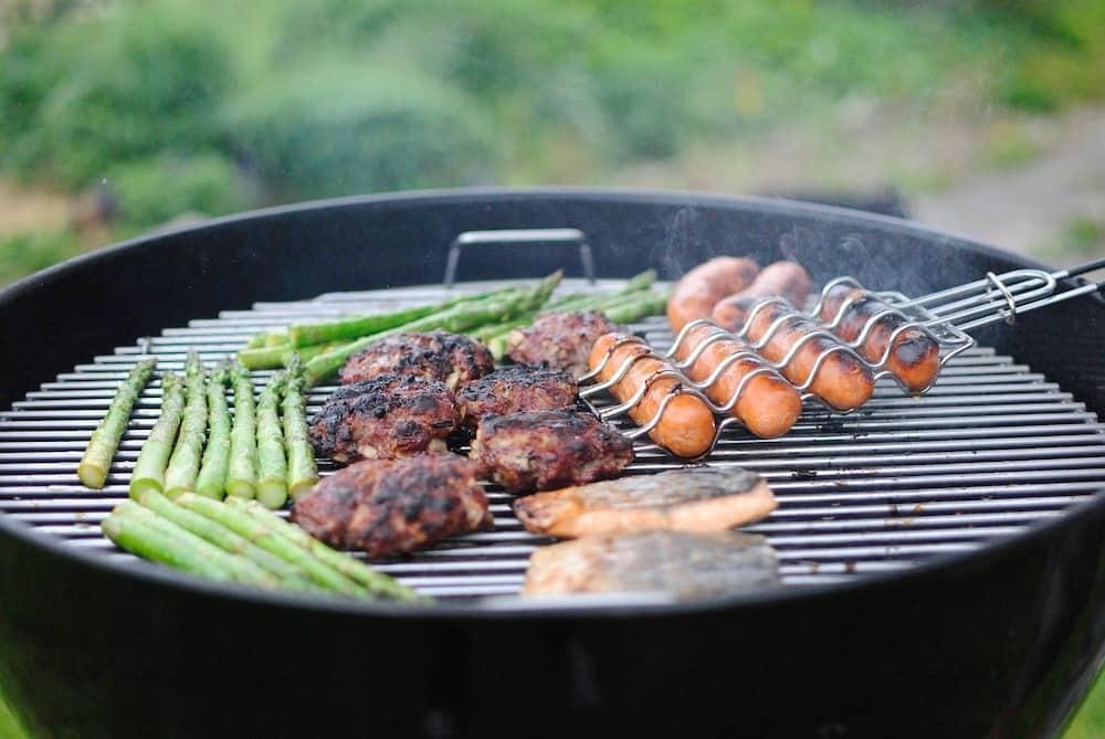 Cocinando barbacoa en parrilla