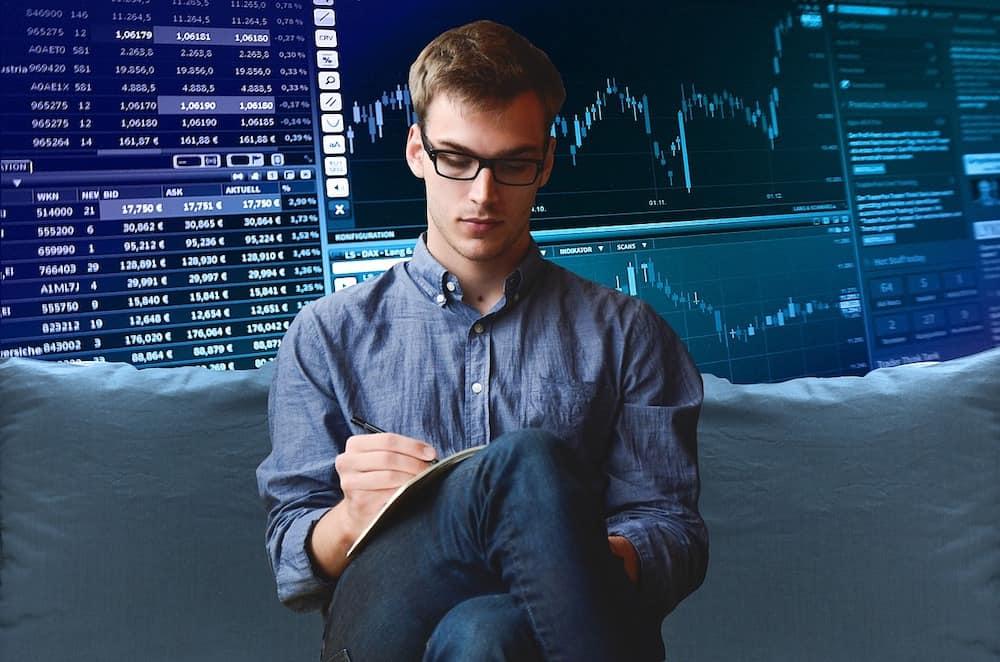 Empresario escogiendo acciones de la bolsa