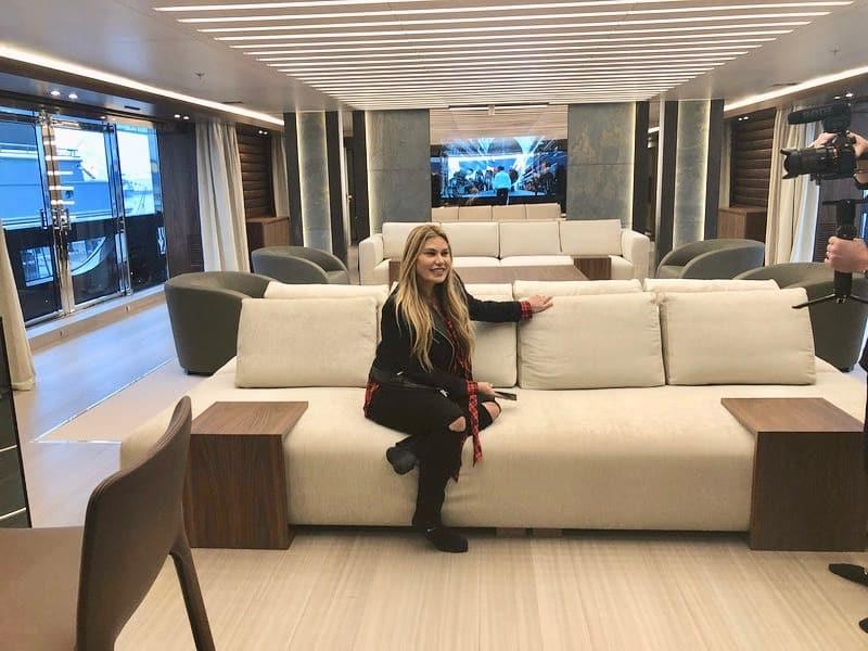 Loren muestra el interior de su yate privado Utopia IV