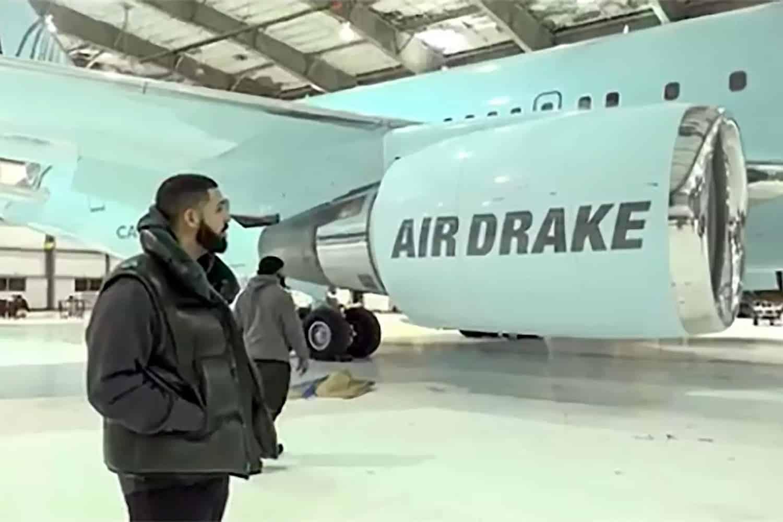 Drake muestra su nuevo avión privado 'Air Drake' siendo personalizado