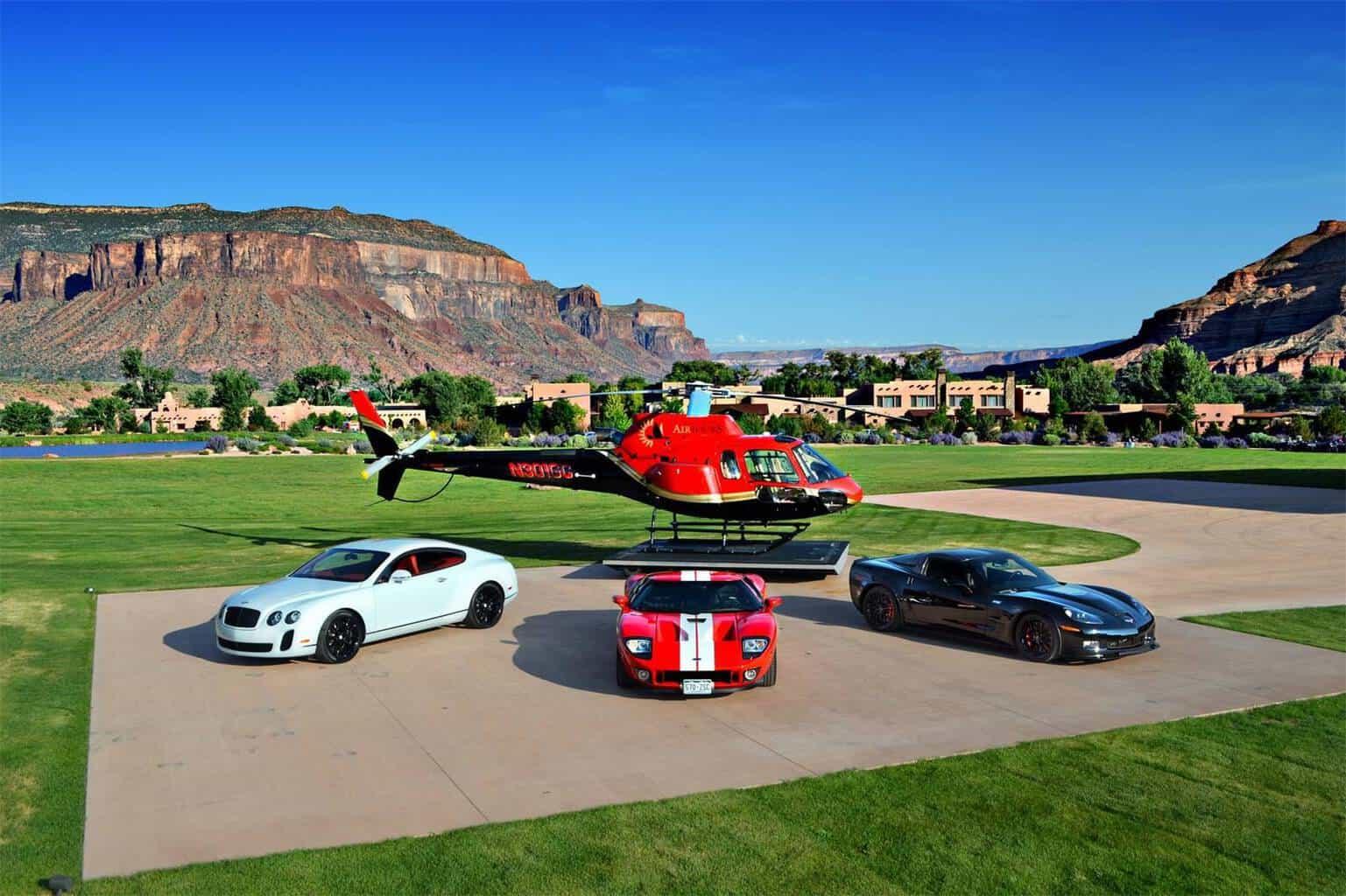 En la exclusiva residencia principal hay 3,500 pies cuadrados de terrazas cubiertas con espectaculares vistas y un helipuerto.