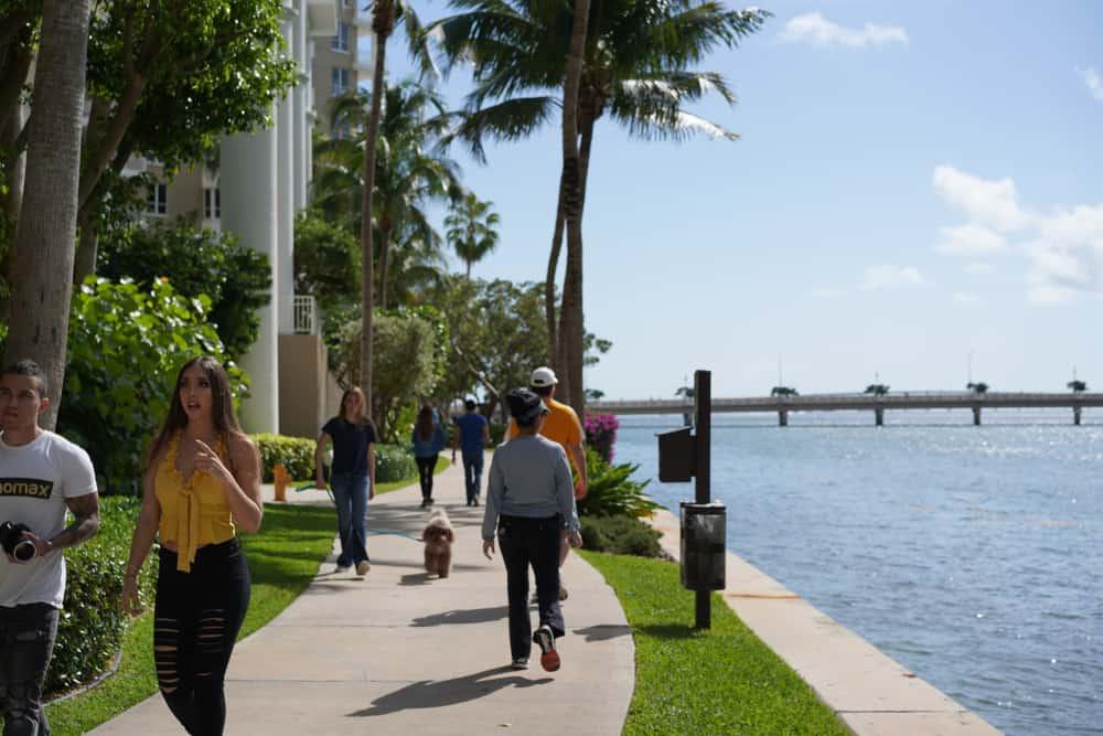 Personas caminando en Brickell Key junto a la bahía de Biscayne.