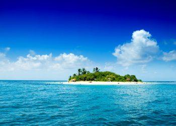 Remota isla tropical en el océano