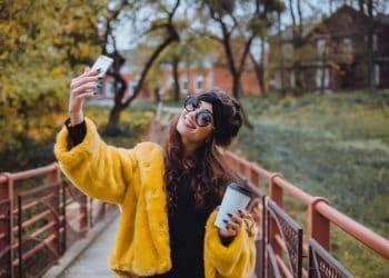chica joven hace el selfie en la calle para Instagram